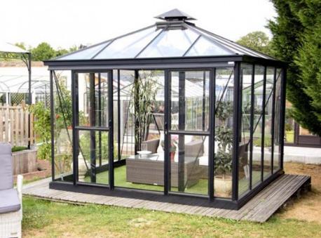 Les avantages et les matériaux pour la construction d'une serre de jardin