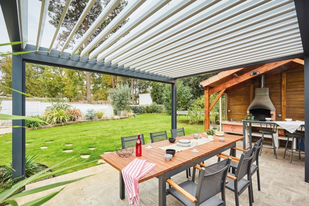 Un jardin plus convivial avec une pergola bioclimatique